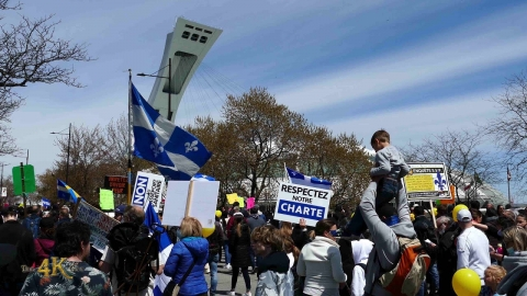 Montréal: 30000 march against covid rules in...